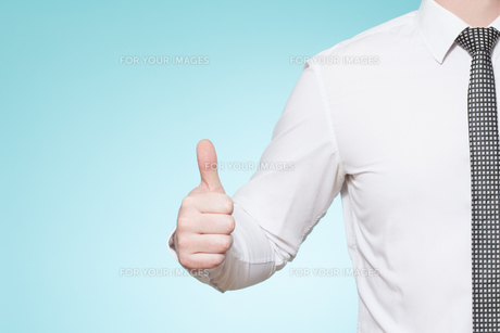 man with shirt and tie thumbs upの素材 [FYI00697257]