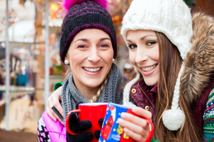 friends drinking mulled wine at christmas marketの写真素材 [FYI00697281]