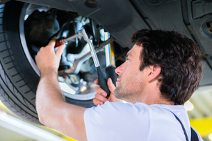 car mechanic working in auto repair shopの写真素材 [FYI00697299]
