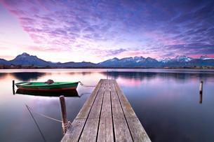 rowing boat on alpine lakeの写真素材 [FYI00697522]