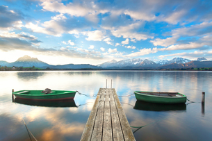 rowing boat on alpine lakeの写真素材 [FYI00697523]