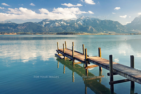 jetty on a lake close to the alpsの写真素材 [FYI00697545]