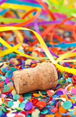 champagne cork on confettiの素材 [FYI00697560]