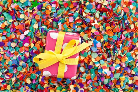small gift on confettiの素材 [FYI00697565]
