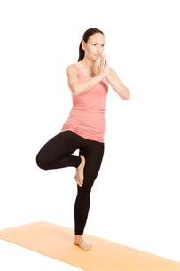yoga exercise on the mat,vrikshasanaの写真素材 [FYI00697637]