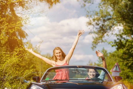 couple with cabriolet in summer on tourの写真素材 [FYI00697808]
