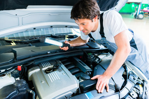 car mechanic working in auto repair shopの写真素材 [FYI00697835]