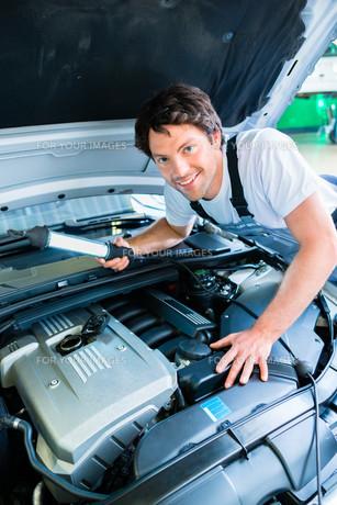 car mechanic working in auto repair shopの写真素材 [FYI00697838]