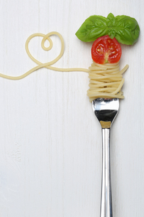 spaghetti pasta pasta dish with heart on a fork and copy spaceの写真素材 [FYI00698225]