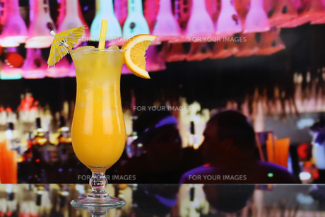 oranges fruit cocktail juice in a bar with copy spaceの写真素材 [FYI00698231]