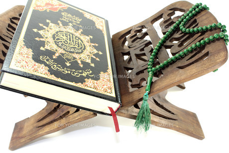 koran stand with the koran and green rosaryの素材 [FYI00699086]