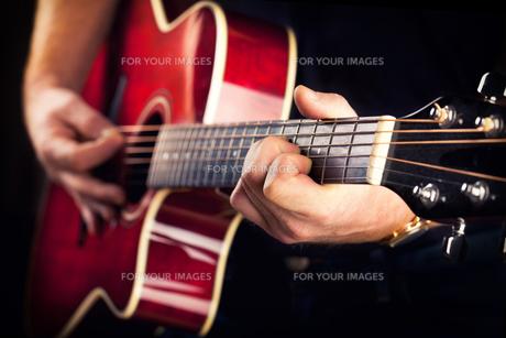 musician playing guitarの素材 [FYI00699164]