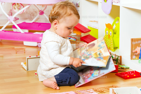 small baby with a picture bookの写真素材 [FYI00699279]