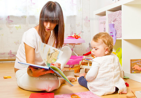 mother and child with picture bookの写真素材 [FYI00699284]