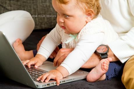 baby on laptopの写真素材 [FYI00699294]