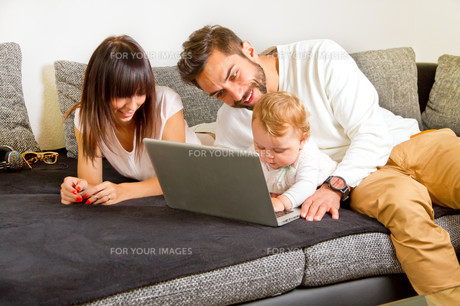 young family at home on laptopの写真素材 [FYI00699296]