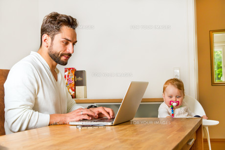 father works in the computer at homeの写真素材 [FYI00699300]