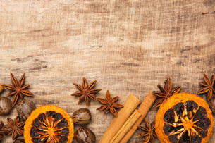 christmas decoration in front of wood with cinnamon,anise,oranges and nutsの写真素材 [FYI00699307]