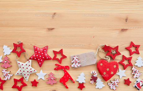 wooden background with poinsettiasの素材 [FYI00699537]