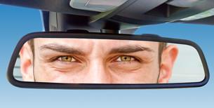 eyes in car rearview mirrorの写真素材 [FYI00699695]