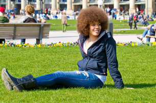 young woman in the castle park stuttgartの写真素材 [FYI00700023]