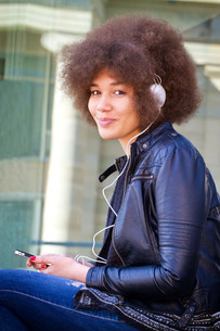 young woman with headphonesの写真素材 [FYI00700024]