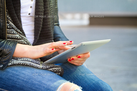 young modern woman with tabletの写真素材 [FYI00700028]