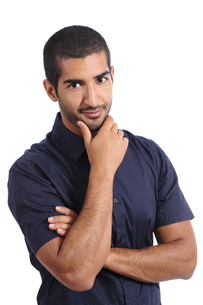 Arab handsome man posing while looking at cameraの写真素材 [FYI00700169]