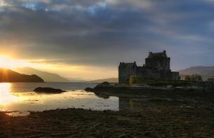 last sunrays on eilean donan castleの写真素材 [FYI00700315]