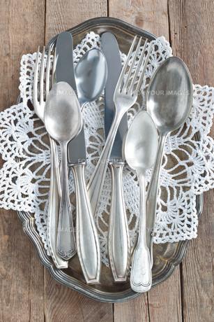 cutlery on silver platterの写真素材 [FYI00700344]
