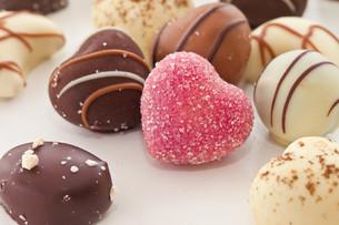 unique cute heart-shaped chocolatesの写真素材 [FYI00700363]