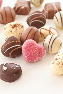 unique cute heart-shaped chocolatesの写真素材 [FYI00700364]
