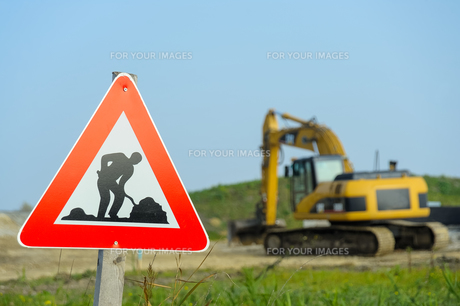 traffic signs construction site with excavatorの写真素材 [FYI00700452]