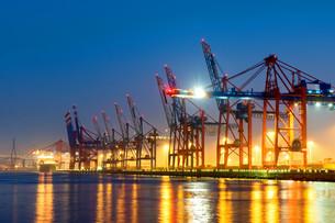 container cranes in hamburg harborの写真素材 [FYI00700492]