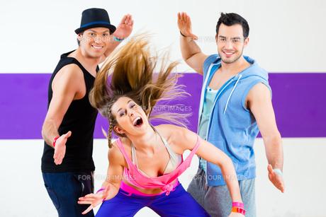 dancer exercising in zumba fitness dance studioの写真素材 [FYI00700636]