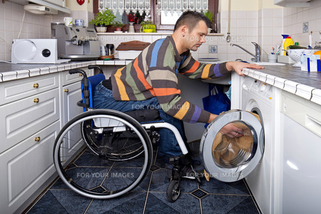 washing with handicapの写真素材 [FYI00700662]