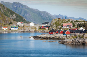 picturesque fishing town of reine by the fjord on lofoten islands in norwayの写真素材 [FYI00700669]