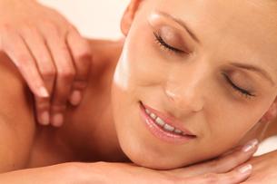 massage woman relaxing inの写真素材 [FYI00700818]