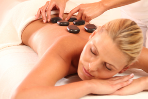 woman relaxing in hot stone massageの写真素材 [FYI00700819]