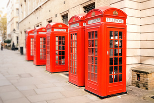 red telephone boxesの写真素材 [FYI00701648]