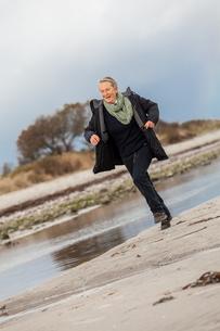 happy active senior woman pensioner senior outdoors at seaの写真素材 [FYI00701959]