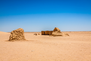set for the star wars movie still stands in the tunisian desert near tozeur.の写真素材 [FYI00702006]