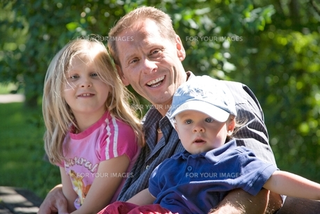 father with childrenの写真素材 [FYI00702023]