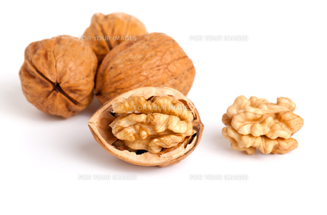 walnut and a cracked walnut isolated on the white backgroundの素材 [FYI00702189]