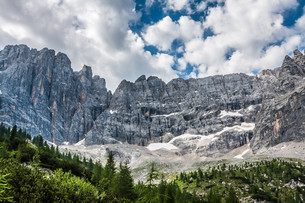 national park panorama and dolomiti mountains in cortina d'ampezzo,northern italyの写真素材 [FYI00702656]