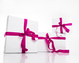 christmas white gift box with violet ribbonの写真素材 [FYI00702686]