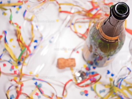 an open bottle of champagne with streamers and confettiの素材 [FYI00702729]
