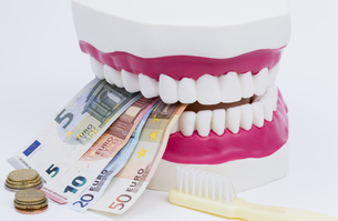 tooth model with moneyの写真素材 [FYI00702904]