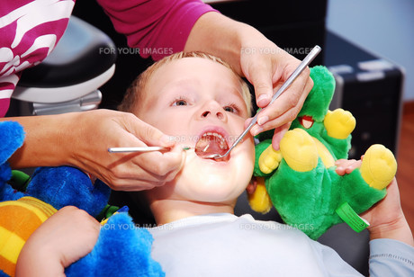 boy at the dentistの素材 [FYI00702978]