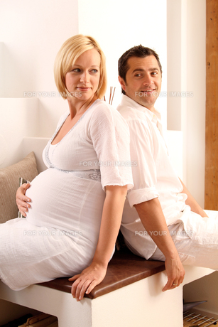 happy pregnant coupleの素材 [FYI00703908]